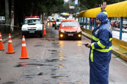 EPTC controla o trânsito onde sinaleiras estão desligadas (Foto: Jackson Ciceri/O Sul)