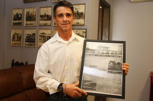 Ricardinho exibe matéria sobre seu pai, que montou Chaval no Hipódromo Moinhos de Vento em 1959, e venceu o Grande Prêmio Bento Gonçalves
