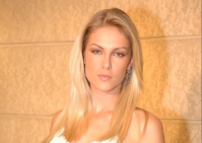 """Ana Hickmann é alvo de ofensas e ganha sobrenome """"Giraffa"""" na Wikipédia 2d2e36e924"""