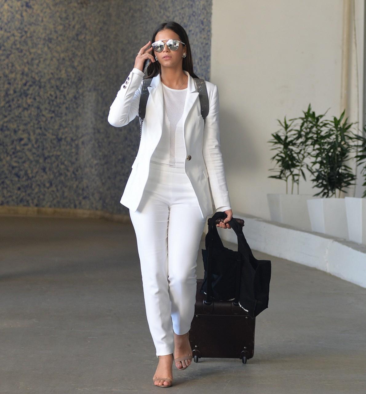 8651ad948 Bruna Marquezine complementou o visual com óculos espelhados da grife Dior.  Foto: William Oda/Ag. News