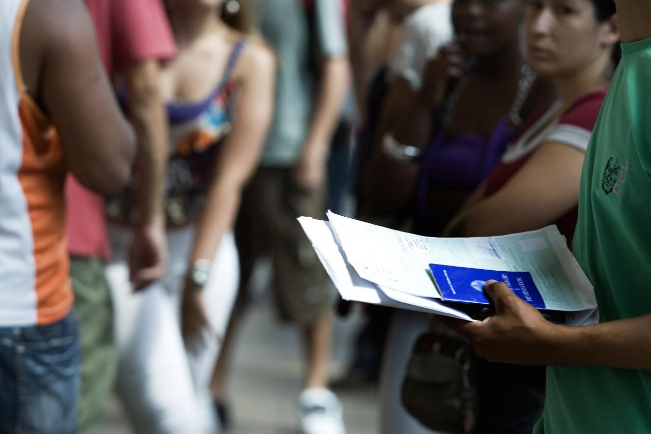 São cerca de 879 mil desempregados a mais do que no trimestre de agosto a outubro, alta de 7,3% na população desocupada (Foto: Fernando Donasci/Folhapress)
