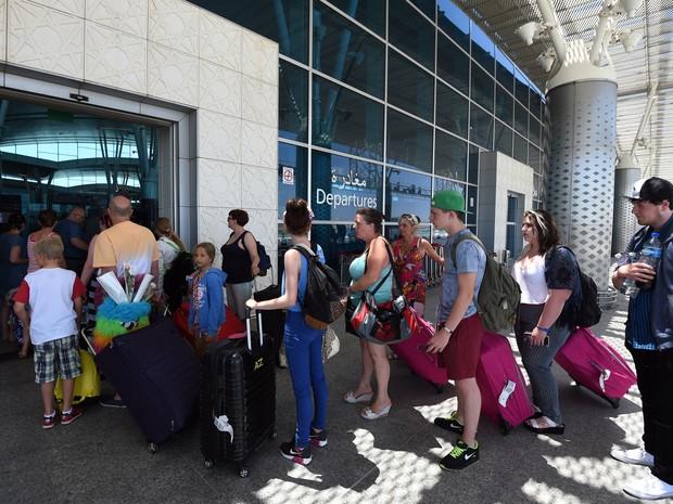 Governo isenta remessas para educação e saúde de imposto que encarece viagens ao exterior