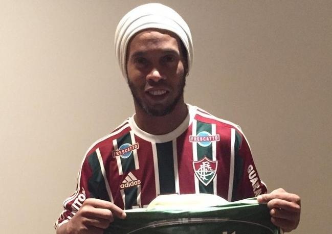 Ronaldinho Gaúcho assina contrato e é jogador do Fluminense - Jornal ... 082afe68580f6