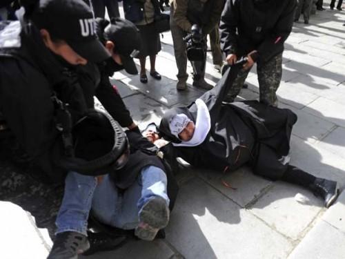 Manifestantes são reprimidas por policiais. (Foto: Jorge Bernal/AFP)