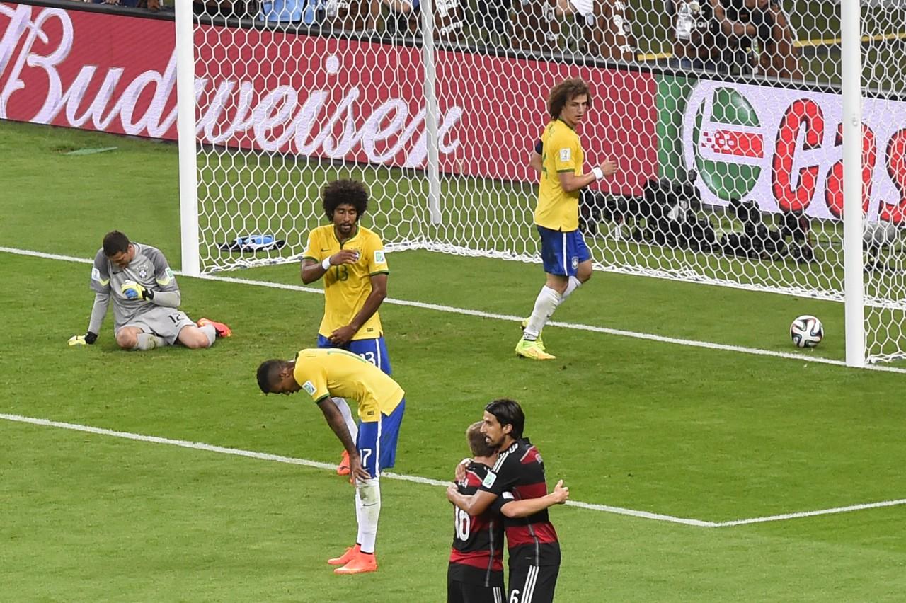 Cena comum naquele dia: bola no fundo das redes do Brasil. (Foto: Odd Andersen/AFP)