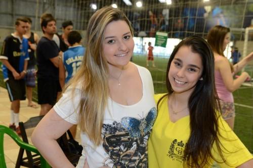 Nicole Mendes e Larissa Dib customizaram as t-shirts para o bate-bola. (Foto: Vanessa Capra/especial)