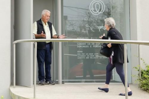 Ena Lautert merceu acolhida carinhosa de Carlos Vergara no Instituto Ling, onde o artista proferiu recente palestra. (Foto: Lenara Petenuzzo/especial)