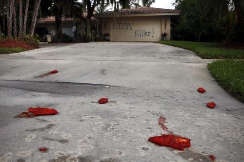 Além da pixação, foram jogados vários pés de porco salgados na entrada da residência avaliada pela imprensa local em mais de US$ 1 milhão. (Foto: Corey Perrine/AP)