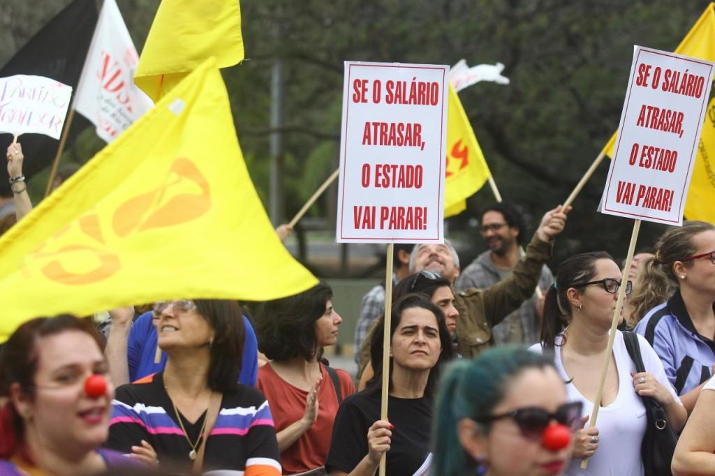 Servidores protestam contra o parcelamento dos salários (Foto: Banco de Dados/O Sul)