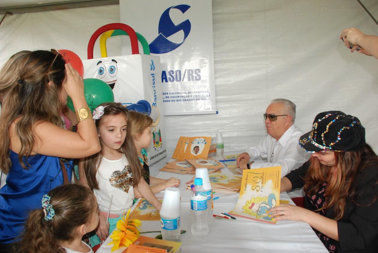 Luiz Coronel participa todos os anos da Feira do Livro Infantil.