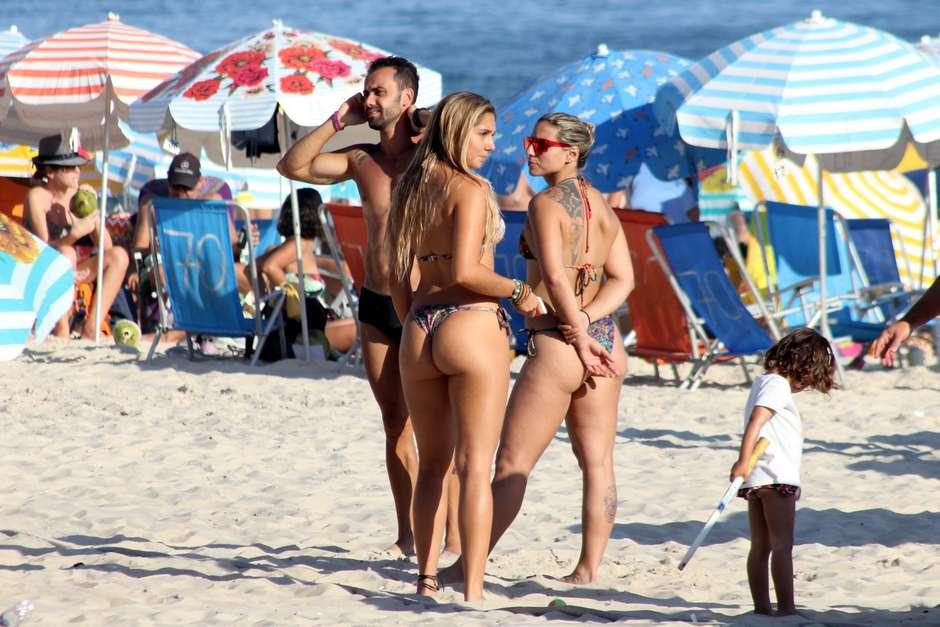 f47af6ead Filha de Renato Gaúcho desfila de fio-dental na praia e atrai todos os olhares  masculinos