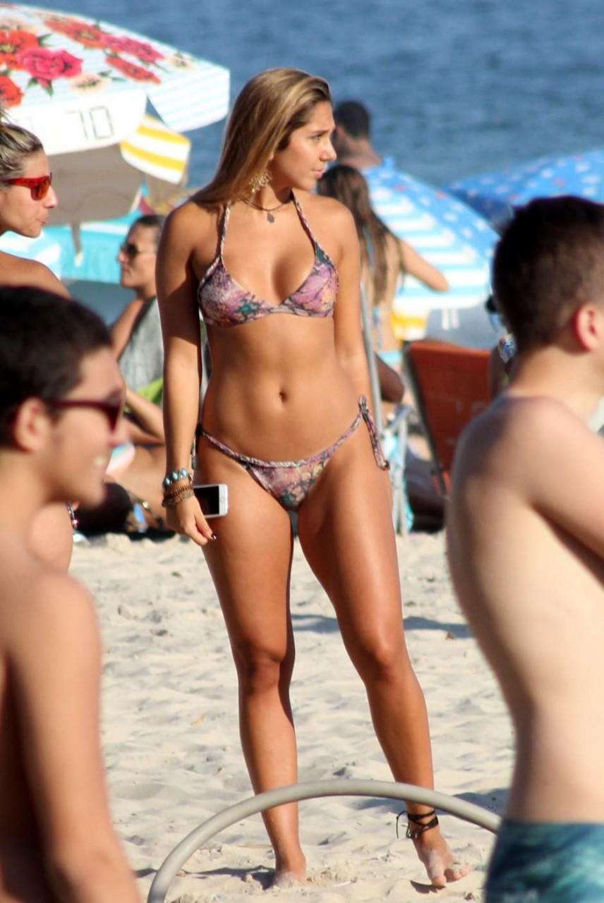 073d9b9b9 Filha de Renato Gaúcho desfila de fio-dental na praia e atrai todos ...
