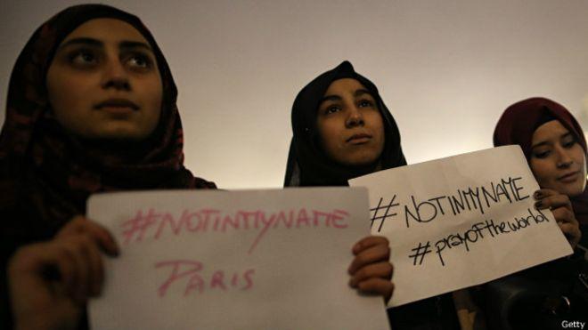 Jovens muçulmanas de Turim, na Itália, protestaram contra ataques em Paris. (Foto: Getty Images)