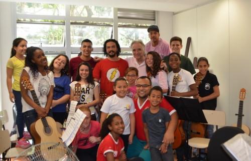 O maestro João Carlos Martins visitou a ONG Sol Maior para conhecer os jovens talentos. (Foto: Diego da Maia/divulgação)