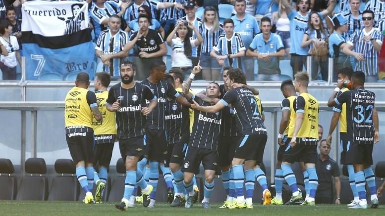 Jogadores tricolores comemoram o gol de Everton (C, com o dedo apontado para cima), o primeiro do Grêmio na partida. (Foto: Lucas Uebel/Grêmio)