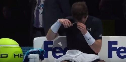 Tenista pegou uma tesoura e fez um rápido corte. (Foto: Reprodução)