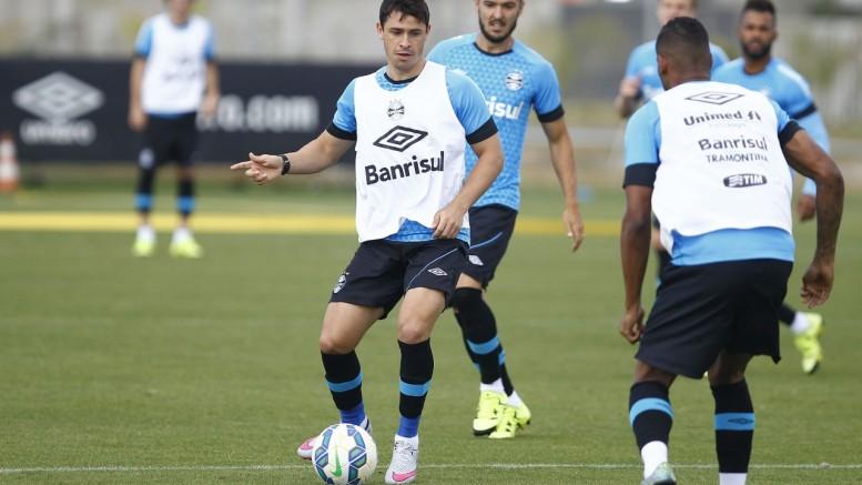 Meia Giuliano saiu do treino mais cedo mas deve atuar no fim de semana. (Foto: Lucas Uebel/Grêmio)