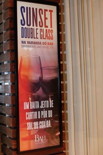 O bem elaborado cartaz do Bah, com referência à happy hour. Restaurante. (Foto: : Lenara Petenuzzo/especial)