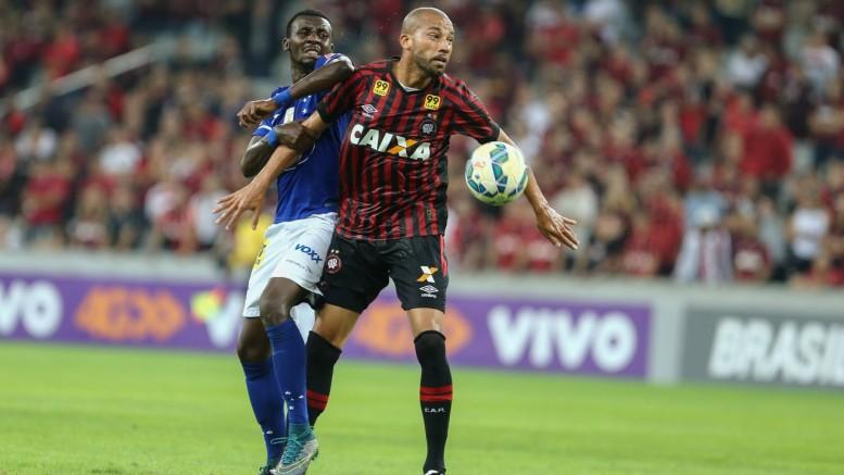 Zagueiro virá para lutar pela posição ao lado de Geromel. (Foto: Geraldo Bubniak /AGB/Folhapress)