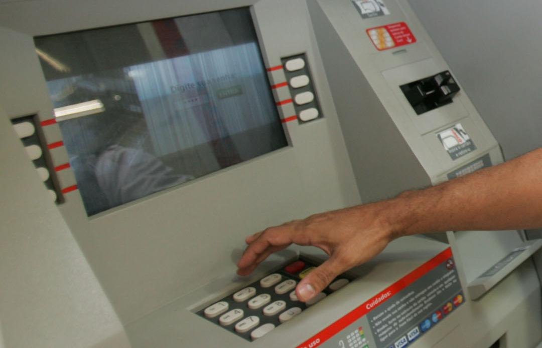 Se quiser pagar algo durante o feriado, o consumidor pode usar outras alternativas, como caixas eletrônicos, internet banking, mobile banking ou banco por telefone  (Foto: Reprodução)
