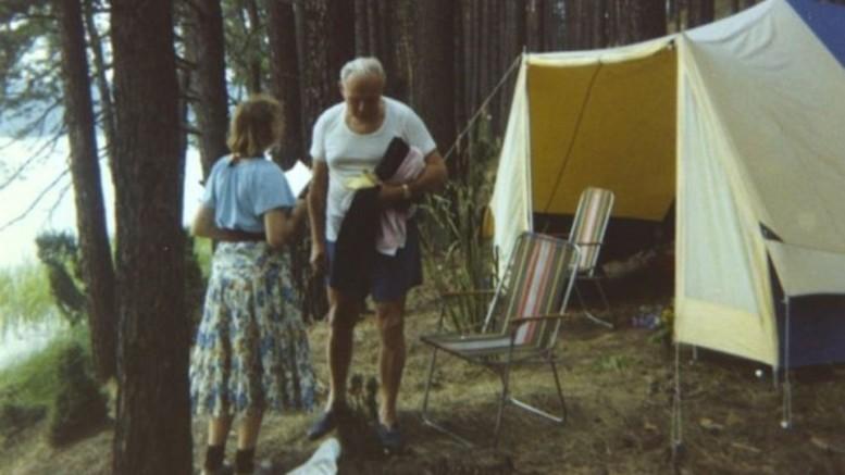 Imagem mostraAnna Teresa Tymieniecka e Karol Wojtyla – o falecido papa João Paulo II – em um acampamento. Relacionamento íntimo não configurou um romance. (Crédito: Reprodução)