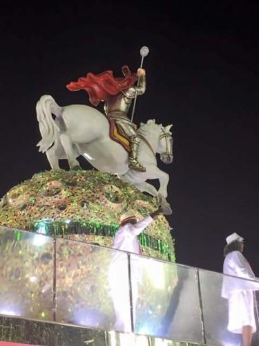 Um imponente São Jorge esteve a bordo do carro alegórico da Estácio de Sá. (Foto: divulgação)