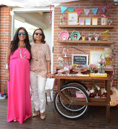 """Momento família: Cláudia Silveira Manta e a mãe, Bebeth Silveira, na mesa montada por Lu Gastal no """"Sunset para Antônia"""". (Foto: Laureano Bittencourt/divulgação)"""