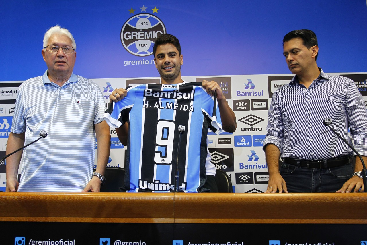 """7ce76855c8 Henrique Almeida é apresentado pelo Grêmio  """"Me senti em casa"""""""