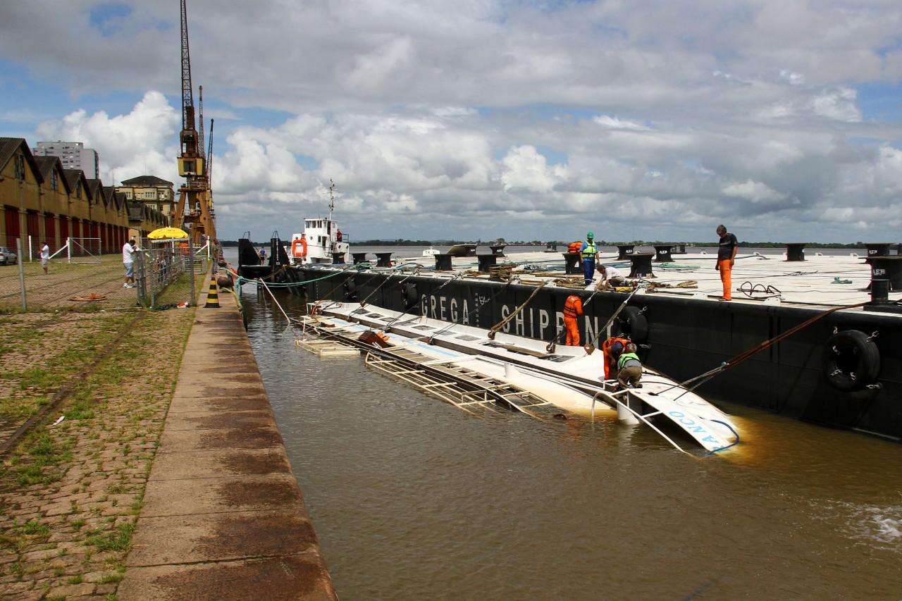 99314022503 Tentativa para reerguer o barco Cisne Branco em Porto Alegre continua nesta  terça