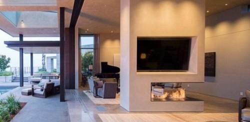 Imóvel de luxo tem cinco quartos, oito banheiros, lareira, um jardim com 60 árvores, adega repleta de vinhos caros e uma piscina de borda infinita. (Crédito: Reprodução)