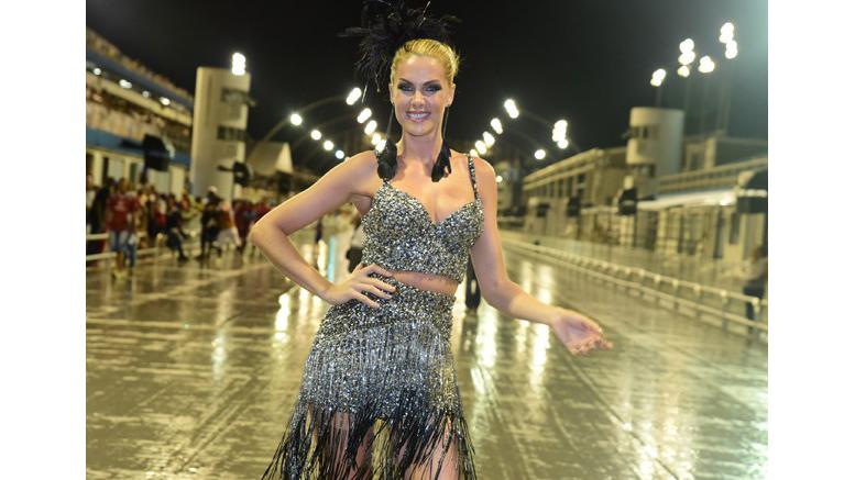 Algumas peças de roupas foram doadas por Ana Hickmann, Glória Menezes,  Marcos Piangers, entre outras celebridades. f4012db511