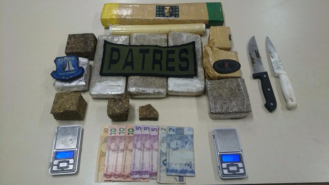 Facas, dinheiro e balanças de precisão apreendidas junto com a droga na Vila Nazaré, em Porto Alegre