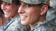Kristen Griest, em primeiro plano na foto, foi uma das duas primeiras mulheres a se formarem na Ranger School, a escola de elite do Exército americano e agora está apta aliderar uma unidade de soldados de infantaria em combate. (Crédito: Reprodução)