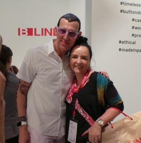 Mariella Stock e o conhecido designer Karim Rashid, em Milão, no Salão Internacional do Móvel. (Foto: LS8 Consultoria de Imprensa/divulgação)