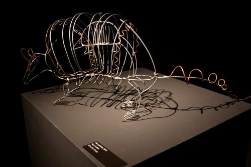 """O tatu-galinha em aço e cobre, uma das esculturas expostas na mostra """"Animais"""". (Foto: Pedro Antonio Heinrich/especial)"""