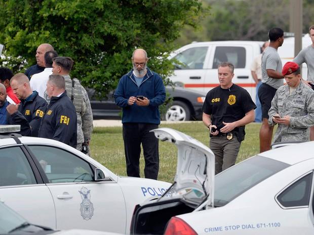Militares são vistos na base aérea de Lackland, em San Antonio, no Texas, nesta sexta-feira (8). Atirador invadiu o local e matou pelo menos duas pessoas.