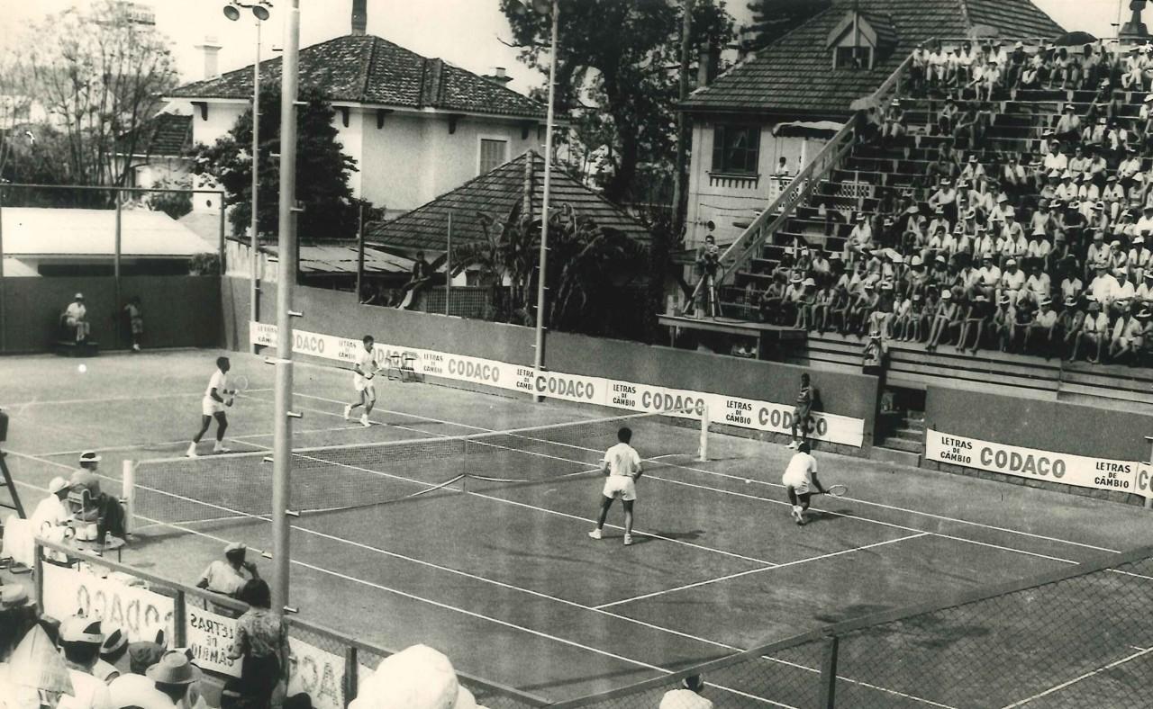 Atletas em quadra e parte do público na arquibancada do clube. (Foto: Arquivo/Comunicação ALJ)