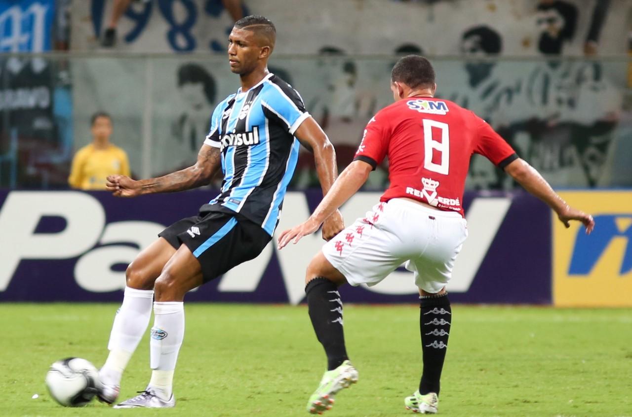 Walace (E) torceu o tornozelo esquerdo contra o Xavante. (Foto: Richard Ducker/Framephoto/Grêmio)