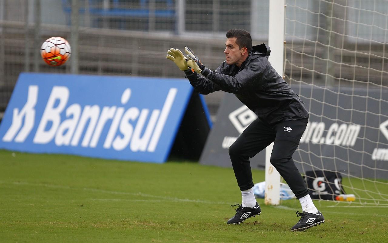 Marcelo Grohe esteve em campo treinando no CT Luiz Carvalho nesta terça. (Foto: Lucas Uebel/Grêmio)