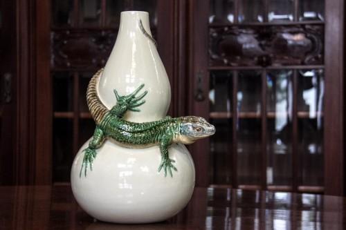 Vaso com lagarto, uma das peças bem características da cerâmica Bordalo Pinheiro, que é das mais tradicionais de Caldas da Rainha, Portugal. (Foto: Jackson Ciceri/O Sul)