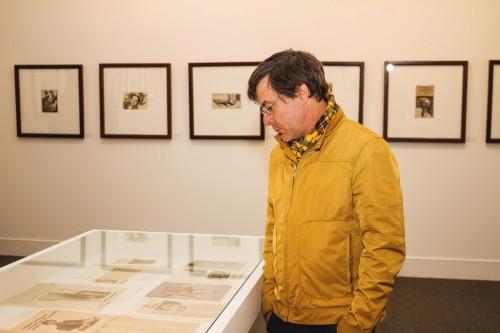 Júlio Castro atento aos recortes dos jornais sobre Maria Lídia Magliani. (Foto: Pedro Antonio Heinrich/especial)