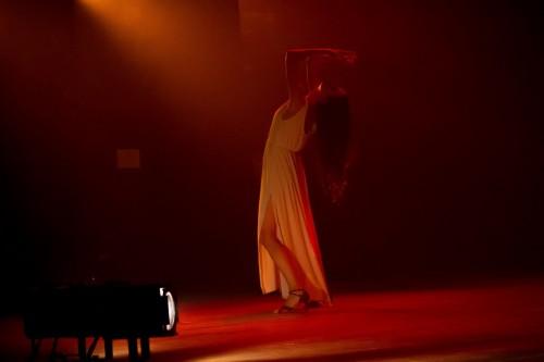 """Lauren Hartz durante a apresentação da peça """"Rubro-Almodovar"""". (Foto: Pedro Antonio Heinrich/especial)"""