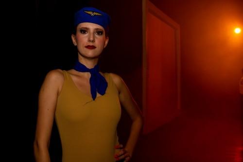 Lauren Hartz veste um dos figurinos utilizados na peça. (Foto: Pedro Antonio Heinrich/especial)
