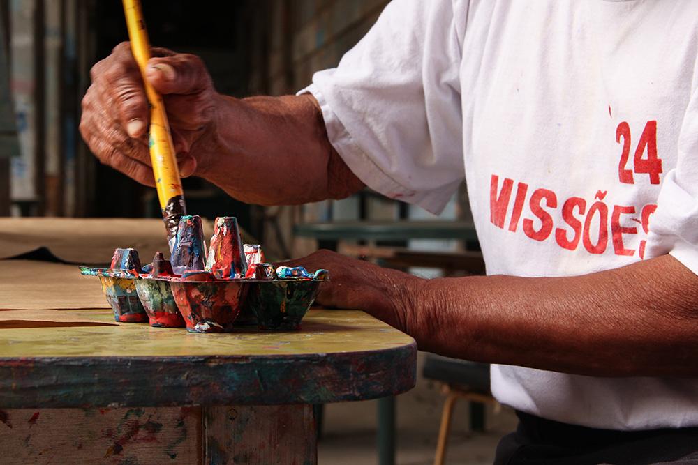 Clemente, um dos participantes do documentário, no momento em que prepara seu pincel para pintar. (Foto: Divulgação)