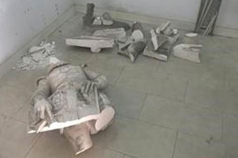 Estátua do rei Dom Sebastião. em Portugal, destruída após jovem se pendurar para fazer selfie
