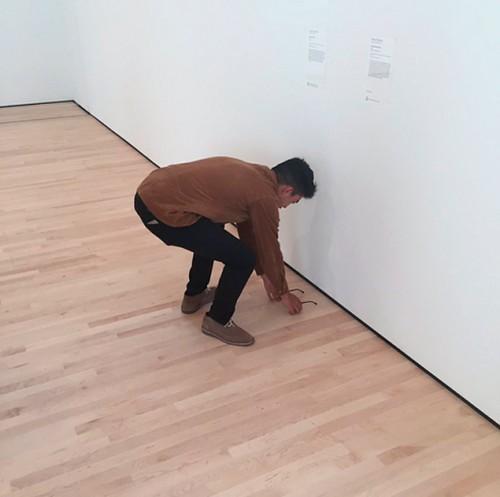 TJ Khayatan coloca óculos no chão do Museu de Arte Moderna de São Francisco  (EUA 7bbf920779