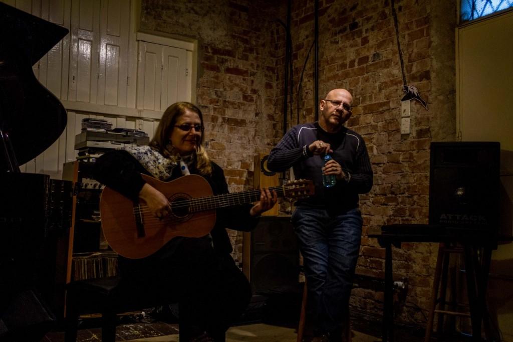 Os cantores Consuelo de Paula e Felipe Azevedo na oficina sobre o processo de criação das músicas. (Foto: Pedro Antonio Heinrich/especial)