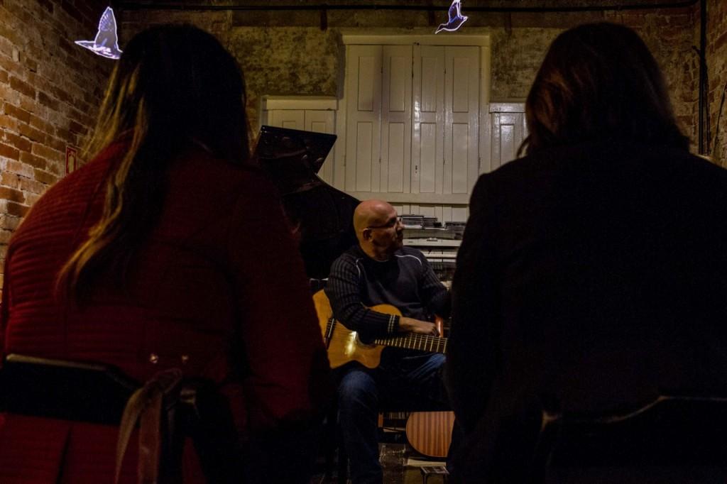 Felipe Azevedo e seu violão. (Foto: Pedro Antonio Heinrich/especial)