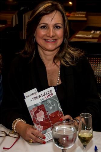 """Cristina Dariano Kern, autora do quinto capítulo do livro """"A psicanálise e o amor"""", na concorrida sessão de autógrafos no Dado Bier do Bourbon Country. (Foto: Pedro Antonio Heinrich/especial)"""