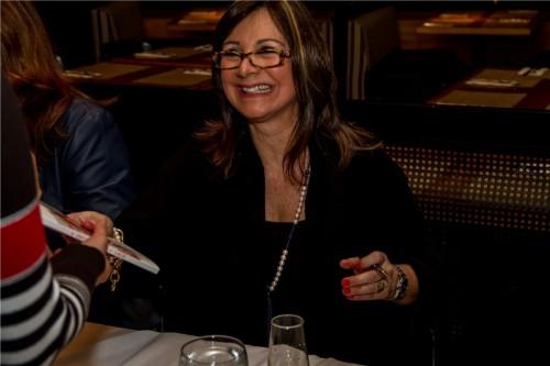Cristina esteve autografando ao lado das organizadoras Denise Zimpek Pereira e Rosa Beatriz Santoro Squeff. (Foto: Pedro Antonio Heinrich/especial)